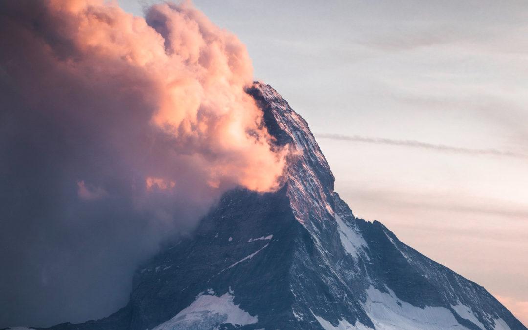 Ett berg med moln på ena sidan och klart på andra