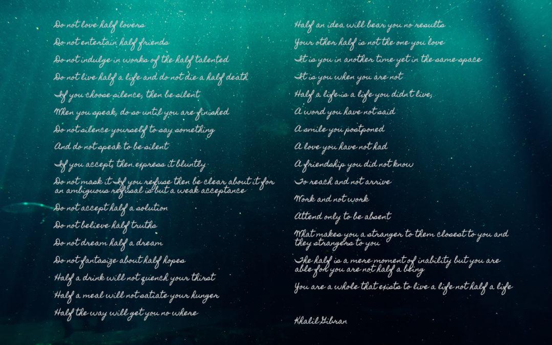 En dikt ligger ovanpå en bild på en undervattensmiljö